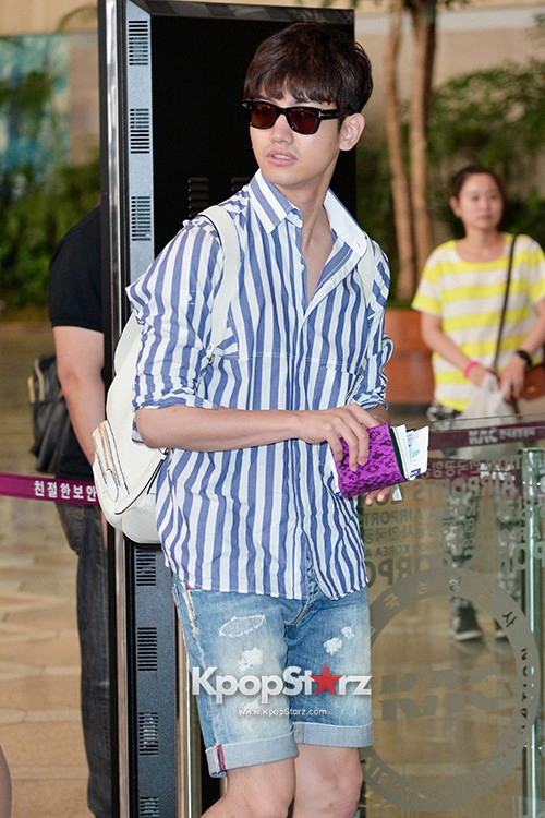 78448-tvxqs-max-changmin-shines-with-blue-striped-shirt-leaves-for-schedule-