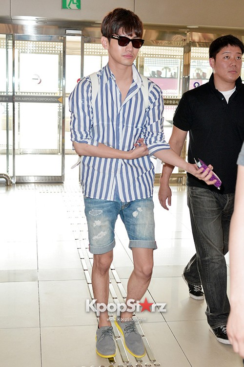 78451-tvxqs-max-changmin-shines-with-blue-striped-shirt-leaves-for-schedule-