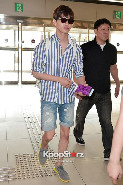 78452-tvxqs-max-changmin-shines-with-blue-striped-shirt-leaves-for-schedule-