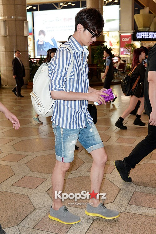 78454-tvxqs-max-changmin-shines-with-blue-striped-shirt-leaves-for-schedule-