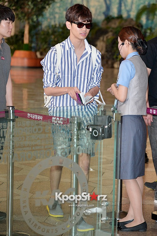 78455-tvxqs-max-changmin-shines-with-blue-striped-shirt-leaves-for-schedule-
