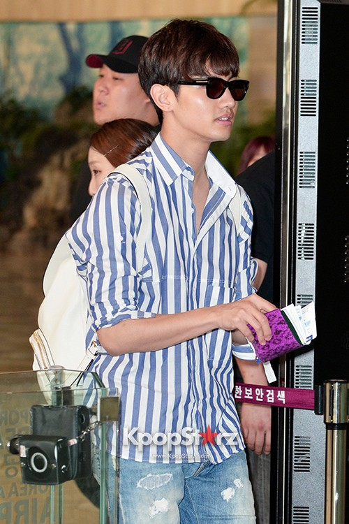 78456-tvxqs-max-changmin-shines-with-blue-striped-shirt-leaves-for-schedule-