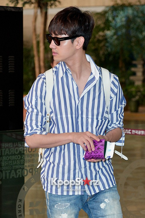 78457-tvxqs-max-changmin-shines-with-blue-striped-shirt-leaves-for-schedule-