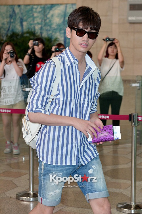 78458-tvxqs-max-changmin-shines-with-blue-striped-shirt-leaves-for-schedule-